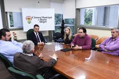 Presidente Cassio Trogildo recebe o presidente da Aiamu Juarez Tejada Franceschi. Na foto, com os vereadores Clàudio Janta, Dr. Thiago e Mauro Pinheiro