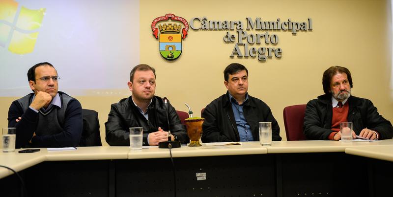 Comissão propõe debate ao tema autismo com autoridades no assunto. Na foto, da esquerda para à direita, o psicólogo Gabriel Mazzini e os vereadores José Freitas, Moisés Maluco do Bem, André Carús e Oliboni.
