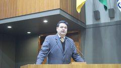 Professor Wambert em discurso no plenário.