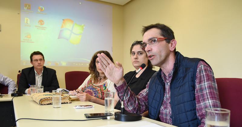 Demandas dos pais da Escola Municipal maria Marques Fernandes. Na foto: diretor da escola, Marcelo de Burgues (d)