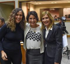 Comandante Nádia, Procuradora Especial da Mulher, ladeada pelas vereadoras Sofia Cavedon, que a antecedeu, e Mônica Leal, que assumiu a vice-Procuradoria.