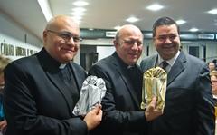 Padres Marcio Andrade e Leandro Chiarello receberam presentes do vereador Wambert.