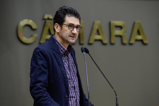 Secretário municipal de Educação, Adriano Naves de Brito, comparece ao plenário para falar sobre as políticas de sua gestão.
