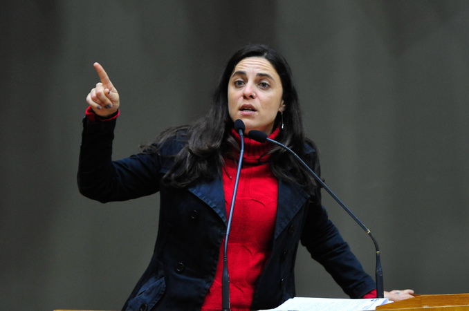 Vereadora Fernanda Melchionna na tribuna