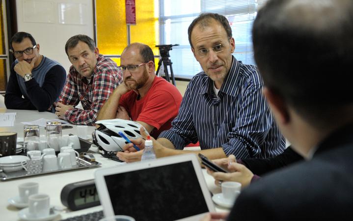 Reunião sobre possíveis mudanças no transporte coletivo, como a baldeação da Linha Herdeiros e de outras oito linhas da região de Porto Alegre. Na foto, o vereador Marcelo Sgarbossa e representantes da comunidade.