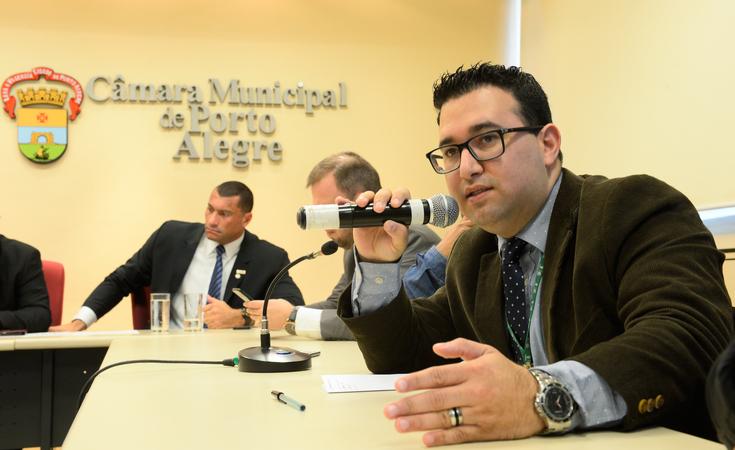 Reunião sobre a ação de reintegração de posse e alternativas para reassentamento de famílias que ocupam as moradias do empreendimento Senhor do Bom Fim, no Bairro Sarandi. Na foto, o chefe de gabinete do DEMHAB, Emerson Correa.