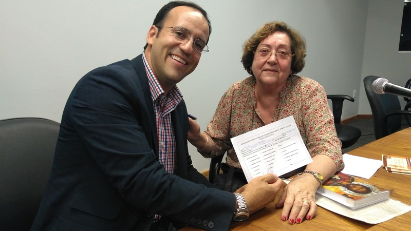 Moisés Barboza assina ficha de sócio na Associação do Centro Histórico ao lado da presidente, Ana Maria Lenz