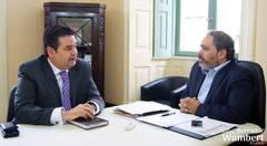 Professor Wambert e o vice-prefeito, Gustavo Paim,  conversam sobre ações do Executivo.