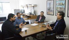 Wambert conversa com os arquitetos Tiago Junqueira e Matheus Leite, acompanhado pelo supervisor de gabinete, Vinicius Matheus. Foto: Marco Pecker