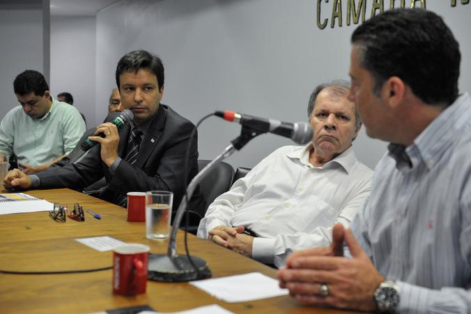 Reunião sobre a realocação das famílias do Bairro Arquipélago e da conexão da ponte do Guaíba e seu entorno, por ocasião das obras da construção da nova ponte. Na foto, Hiratan Pinheiro da Silva, superintendente do DMIT (esq.) e o vereador Dr. Goulart.