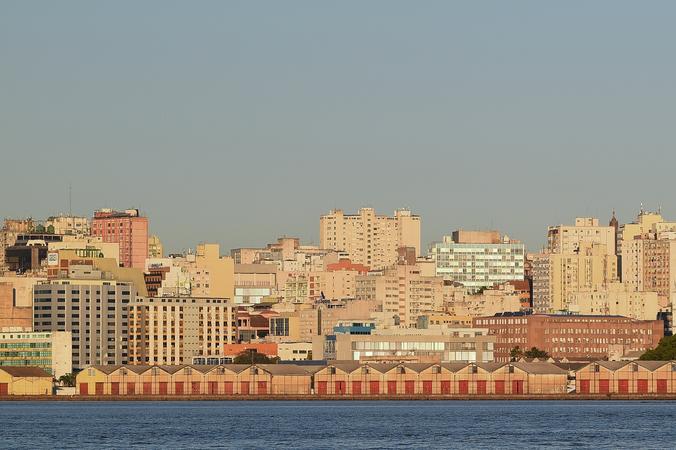 Vista do Centro Histórico de Porto Alegre a partir da Ilha da Pintada. Cais do Porto. IPTU.