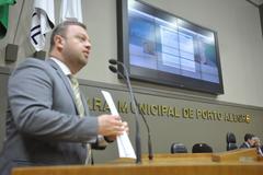 Discussão e votação sobre projeto que altera o pagamento do IPTU. Na foto, os vereadores Valter Nagelstein e Claudio Janta. Na foto, o vereador André Carús.