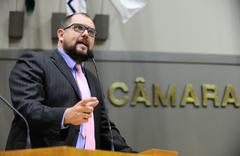 Vereador Maroni na tribuna da Câmara Municipal de Porto Alegre