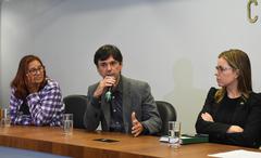 Questões envolvendo moradia no Bairro Cristal – Programa Sócio Ambiental que contempla 600 famílias que recebem aluguel social, bônus moradia, contrapartida da Empresa Multiplan.  Na foto, ao microfone, o Promotor do Ministério Público, Dr. Cláudio Ari Mello.