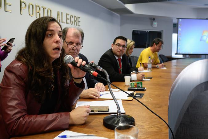Reuinião para discutir questões relacionadas ao Projeto de Lei Complementar do Executivo nº 017/16, que versa sobre a criação de Áreas Especiais de Interesse Social em Porto Alegre. Na foto, a vereadora Fernanda Melchionna.