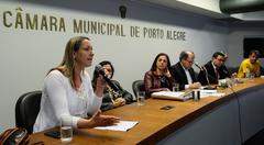 Reuinião para discutir questões relacionadas ao Projeto de Lei Complementar do Executivo nº 017/16, que versa sobre a criação de Áreas Especiais de Interesse Social em Porto Alegre. Na foto, a Conselheira Estadual do IAB/RS, Claudia Faaro.