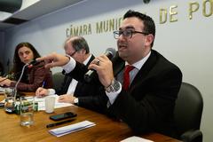 Reuinião para discutir questões relacionadas ao Projeto de Lei Complementar do Executivo nº 017/16, que versa sobre a criação de Áreas Especiais de Interesse Social em Porto Alegre. Na foto, ao mcirofone, o chefe de gabinete do DEMHAB, Emerson Correa.
