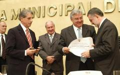 Bernardo (D) recebe homenagem Foto: Elson Sempé Pedroso