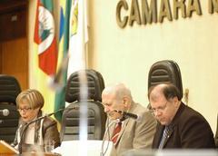 Neuza (ao fundo) apresentou relatório sobre a CPI das licenças médicas Foto: Tonico Alvares