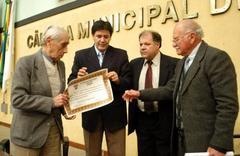 Direção do hospital recebeu diplomaoferecido pela Câmara Municipal Foto: Elson Sempé Pedroso