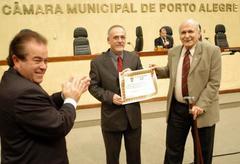 Fallavena recebeu homenagem emnome dos químicos de Porto Alegre Foto: Elson Sempé Pedroso