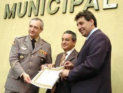 Costa recebeu prêmio das mãos de Nereu (c) e de Melo (d) Foto: Elson Sempé Pedroso
