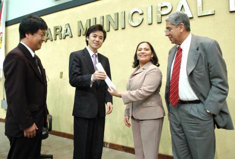Clênia entrega diploma ao cônsul japonês Foto: Elson Sempé Pedroso