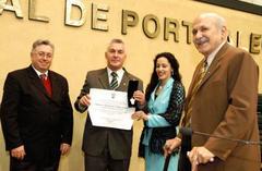 Vereador Adeli (e) propôs o título aodelegado que combate a pirataria Foto: tonico alvares