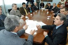 Fogaça (d) entregou proposta de LDO ao vice-presidente Luiz Braz (e) Foto: tonico alvares