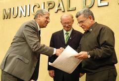 Luiz Braz, que presidiu a sessão, Heinen e Pinto Silva na homenagem  Foto: Elson Sempé Pedroso
