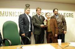 Spaan recebeu troféu em homenagem ao trabalho em favor dos necessitados Foto: Caroline da Fé