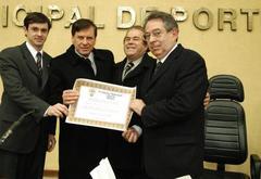 Mosquera (d) recebeu prêmio proposto por Maurício Dziedricki (e) Foto: tonico alvares