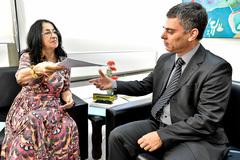 Vereadora Jussara Cony entrega documento ao presidente Cássio Trogildo no Dia Internacional da Mulher