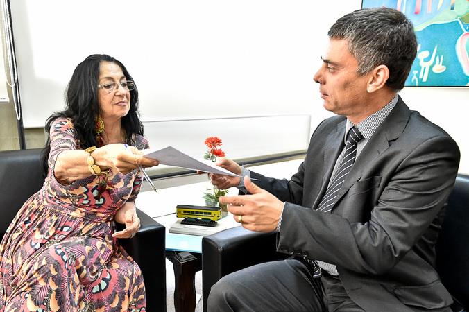Presidência - Vereadora Jussara Cony entrega documento ao presidente Cássio Trogildo no Dia Internacional da Mulher (Foto: Elson Sempé Pedroso/CMPA)