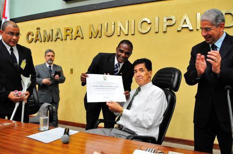 Tarciso entrega o diploma de Cidadão ao homenageado Foto: Elson Sempé Pedroso