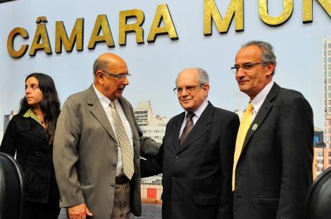 Vereadores Fernanda Melchionna, Pujol e Airto Ferronato cumprimentam Torma Foto: Elson Sempé Pedroso