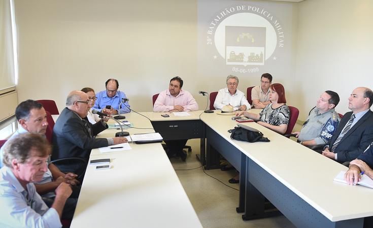 Reunião sobre postos da Brigada Militar nos bairros e importância de sua manutenção.