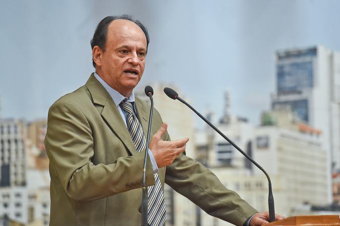 Vereador João Bosco Vaz na tribuna do plenário
