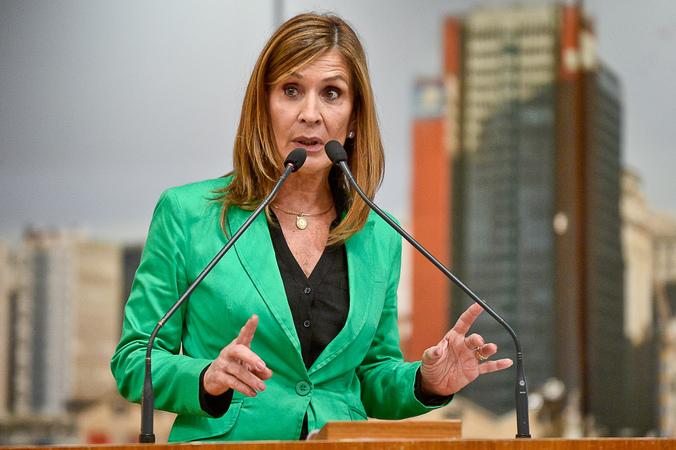Vereadora Mônica Leal na tribuna do plenário