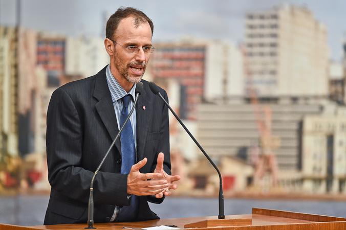 Vereador Marcelo Sgarbossa na tribuna do plenário