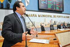 Vereador Dr. Thiago Duarte na tribuna do plenário