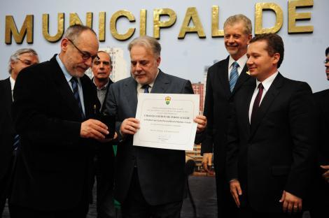 Ruas (e) entregou medalha e diploma para o ex-presidente do Grêmio Foto: Felipe Dalla Valle