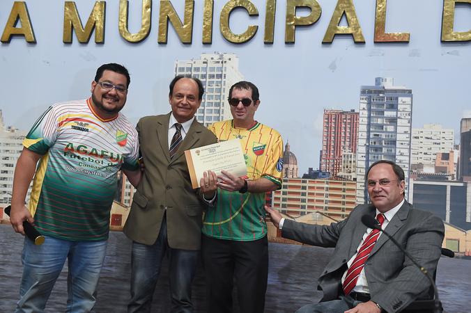 Bosco (c) entregou diploma para o presidente (de óculos) e o vice da Agafuc Foto: Leonardo Contursi