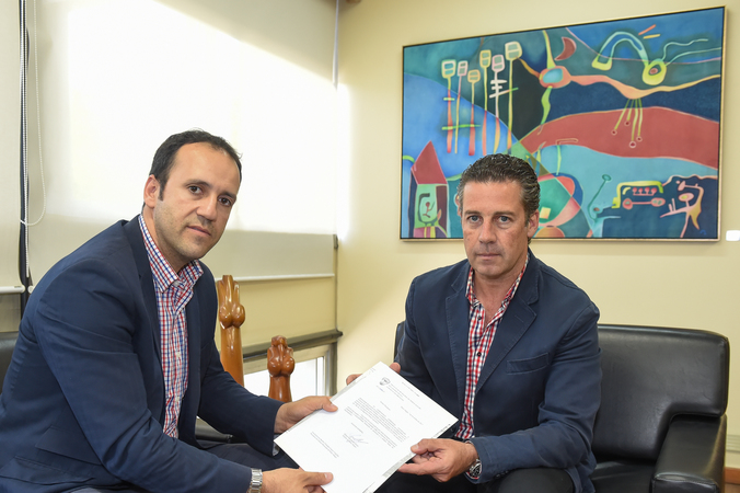 Presidente em exercício da Câmara, Valter Nagelstein (dir.) recebe documento que retira de tramitação um projeto do executivo.