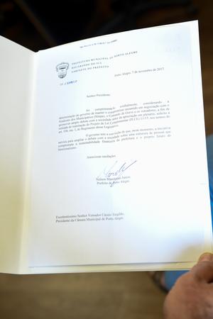 Presidente em exercício da Câmara recebe documento que retira de tramitação um projeto do executivo.