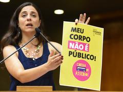 A vereadora Fernanda, procuradora especial da Mulher, na sessão plenária de 2017 em que a lei foi aprovada