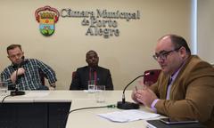 Comissão de Saúde e Meio Ambiente trata sobre o Novembro Azul. Na foto, os vereadores, André Carús e Lídio Santos e o representante do gabinete do prefeito, Caciano Sgorla Ferreira (ao microfone).