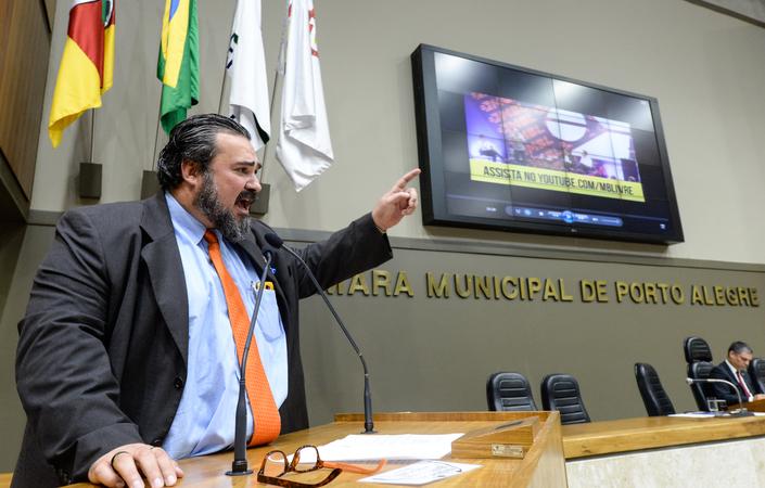 Período de Comunicações. Na foto, o vereador Claudio Janta expõe e critica vídeo do prefeito Nelson Marchezan Jr.