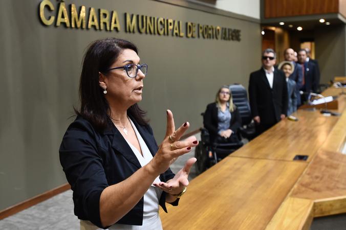 Outorga de Título de Cidadão Emérito à Getúlio Felipe Fernandes da Silva e a Rotechild dos Santos Prestes. Na foto, tradutora de libras