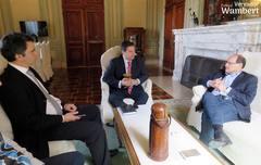 Professor Wambert, ao centro; o chefe da Casa Civil, Fábio Branco, à esquerda; e o governador José Ivo Sartori, à direita. Foto: Marco Pecker
